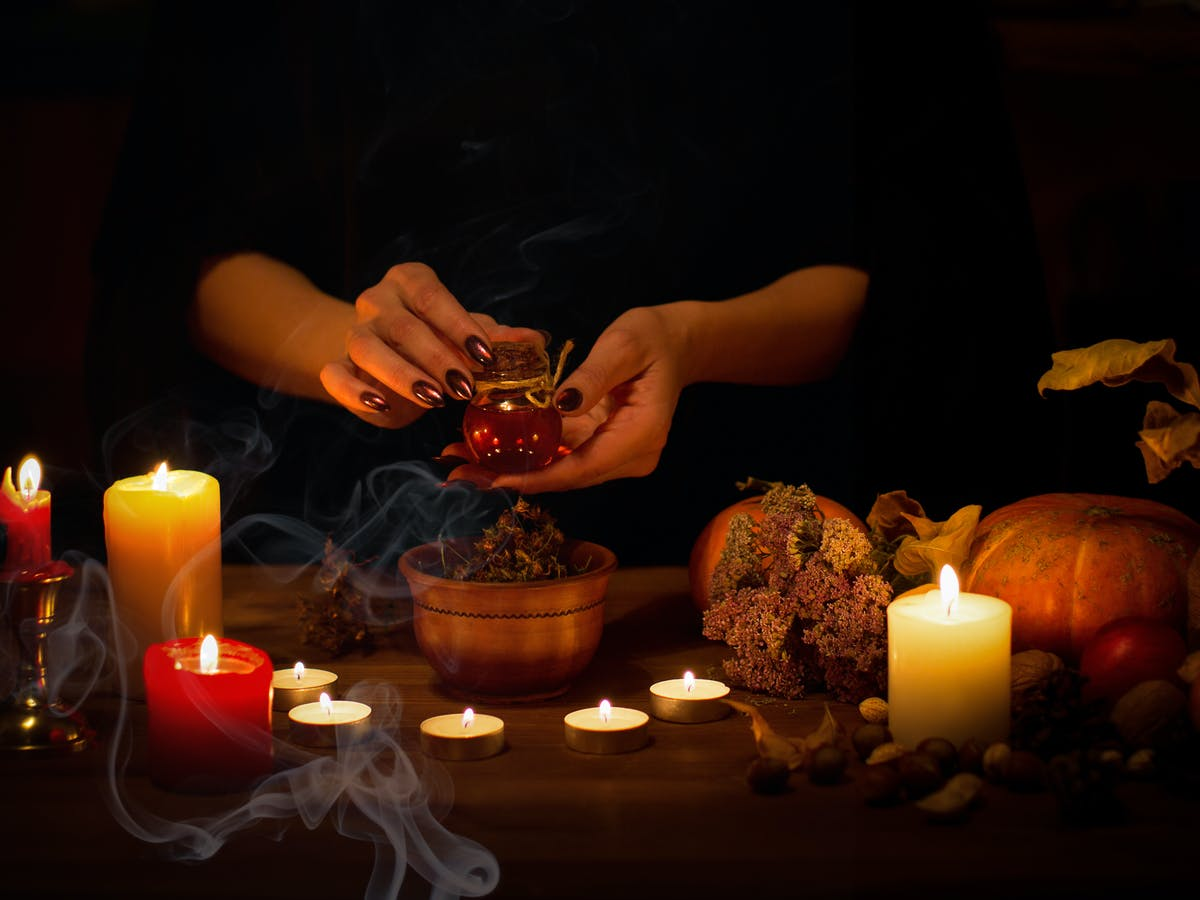 How Did We Get There? The History of Free Love Spell Instructed Through Tweets